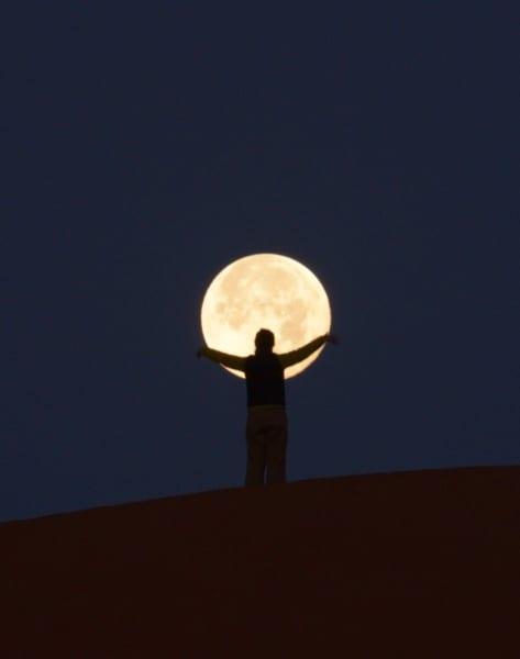 お月様、捕まえたっ!砂漠の夜空に浮かぶスーパーブルームーンと遊ぶ