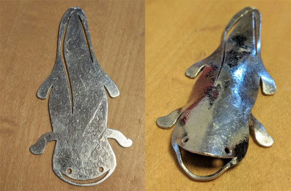 金属製で平らなのに立体化 「オオサンショウウオの薄いの」がのほほんカワイイ