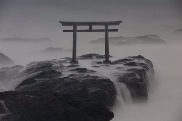 神磯の鳥居。写真におさめられた大洗磯前神社鳥居の姿に「幽玄の世界感」