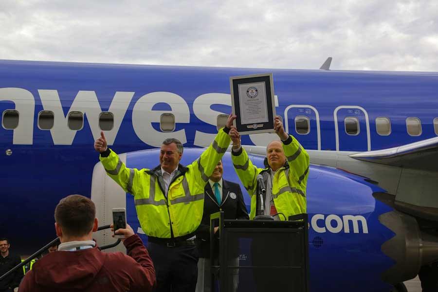 ギネス世界記録認定証を掲げるボーイングのマカリスター民間機部門CEO(左)とキャンベル737担当副社長(右)