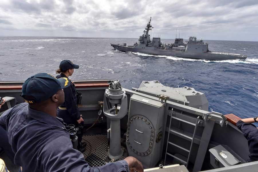 護衛艦ふゆづきを見る駆逐艦ベンフォールド艦長ミッチェル中佐(Photo:U.S.Navy)