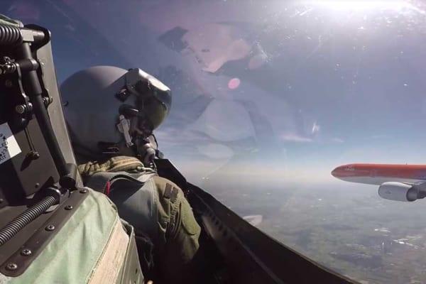 帰国した平昌五輪オランダ代表チーム代表を空軍戦闘機がエスコート