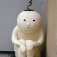 「ぬーーん」と膝を抱え、たそがれる「盆栽の人」がシュールす…