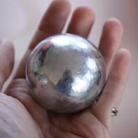 ピッカピカの金属球!実はこれ、アルミホイルで作っ…