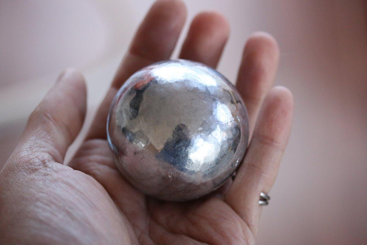 ピッカピカの金属球!実はこれ、アルミホイルで作ったって信じられる??