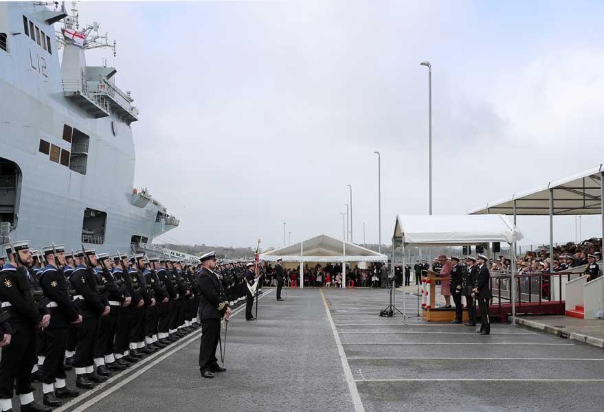 イギリス海軍のヘリ空母、女王に見送られて退役