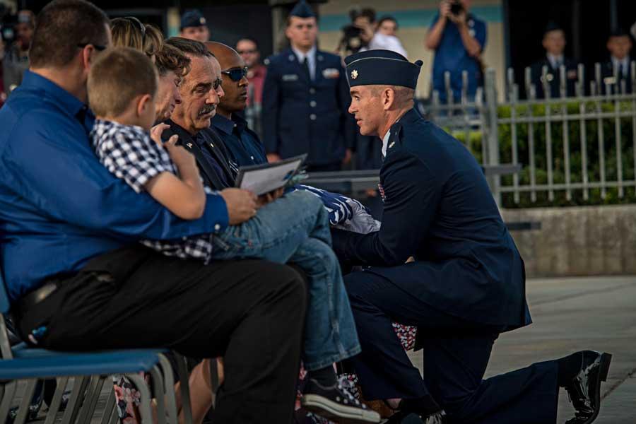 デルバグノ大尉の空軍葬で遺族に言葉をかけるサンダーバーズ隊長のウォルシュ中佐(Photo:USAF)