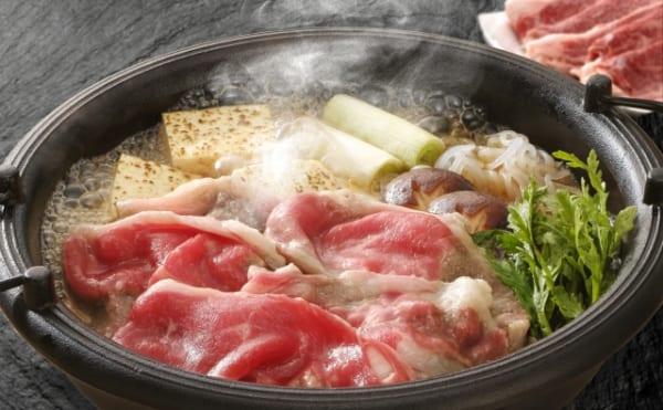 すき焼きに入れるお肉としらたき、実は隣に置いた方が美味しくなる?