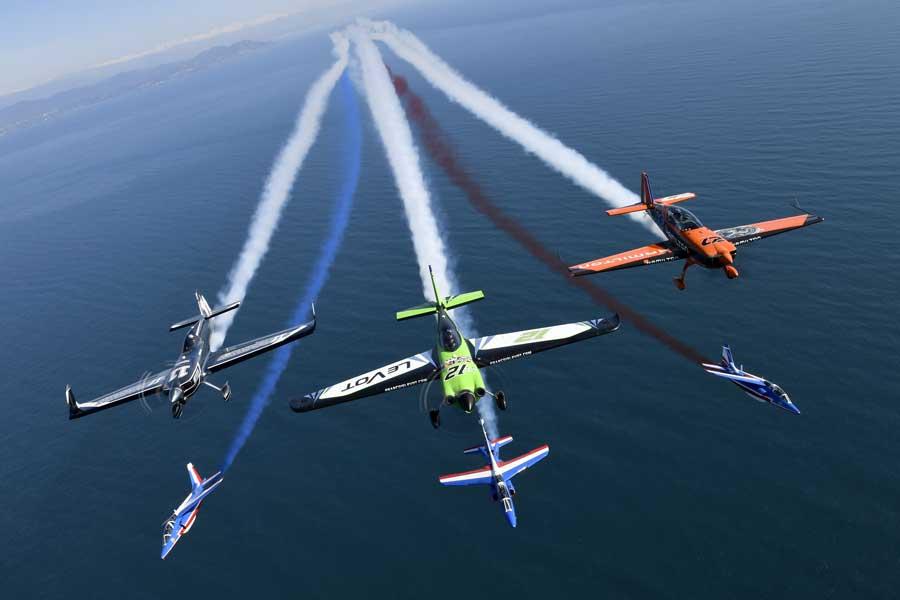 エアレース機とパトルイユ・ド・フランスの共演(Predrag Vuckovic/Red Bull Content Pool)