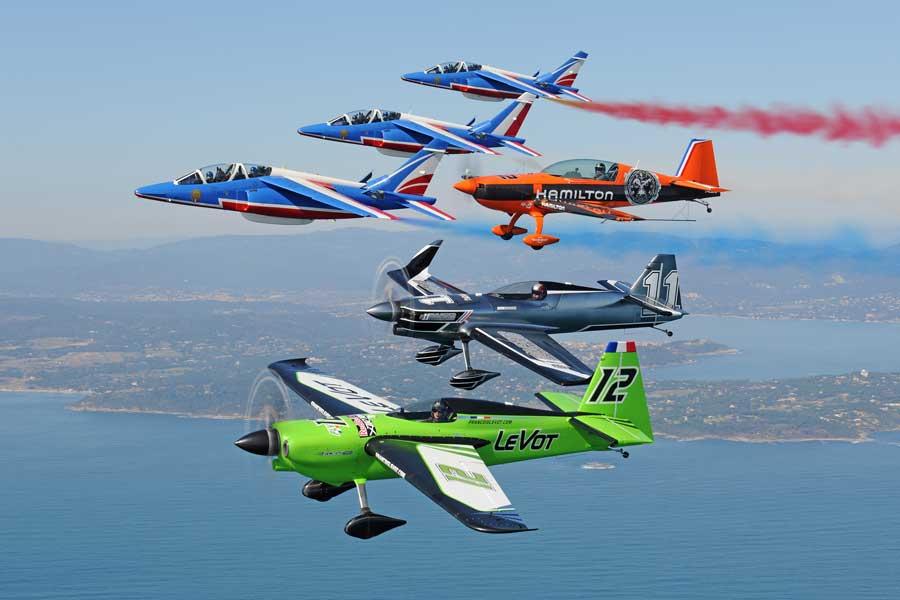 互いにエシュロン編隊で並ぶエアレース機とパトルイユ・ド・フランス(Predrag Vuckovic/Red Bull Content Pool)