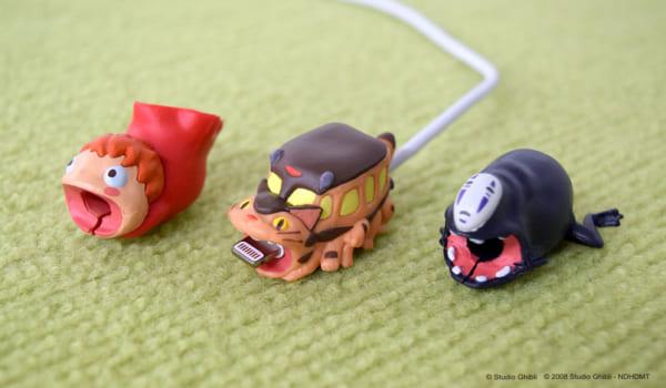 ネコバスやポニョやカオナシが充電ケーブルをガブッ!と守ります!