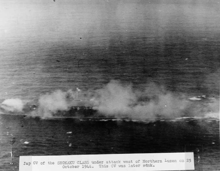 攻撃を受ける瑞鶴(U.S. Naval History and Heritage Command Photograph)