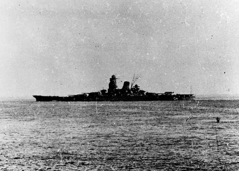 ブルネイを発つ武蔵(U.S. Naval History and Heritage Command Photograph)