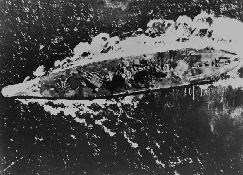 攻撃を受ける大和(PHOTO:U.S. National Archives)