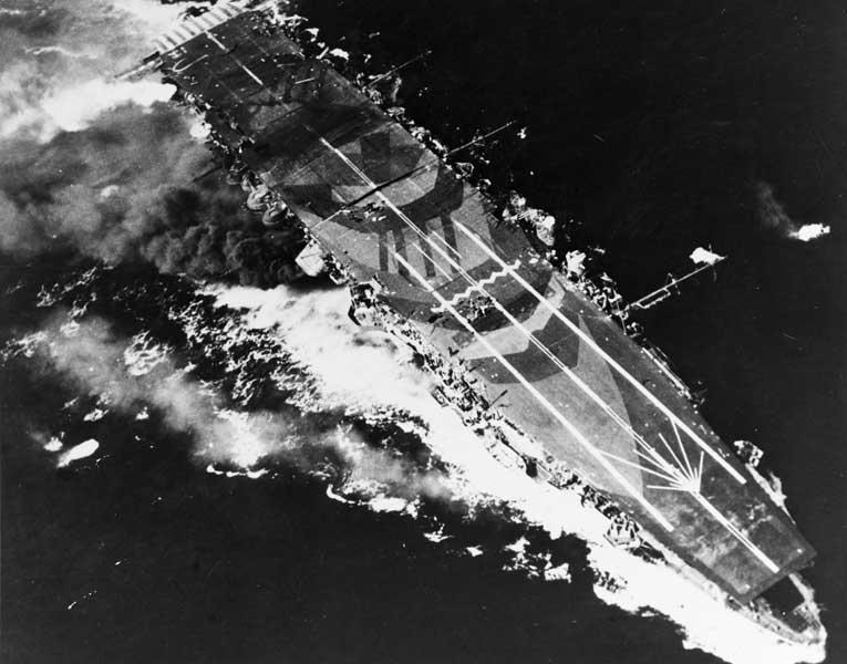 攻撃を受ける空母瑞鳳(PHOTO:U.S. National Archives)