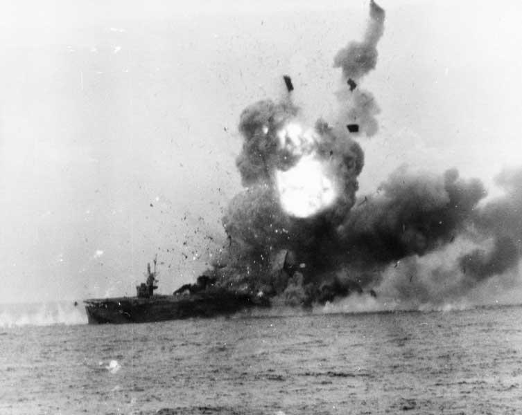 最初の特攻「神風特別攻撃隊・敷島隊」の攻撃を受けた護衛空母セント・ロー(PHOTO:U.S. National Archives)