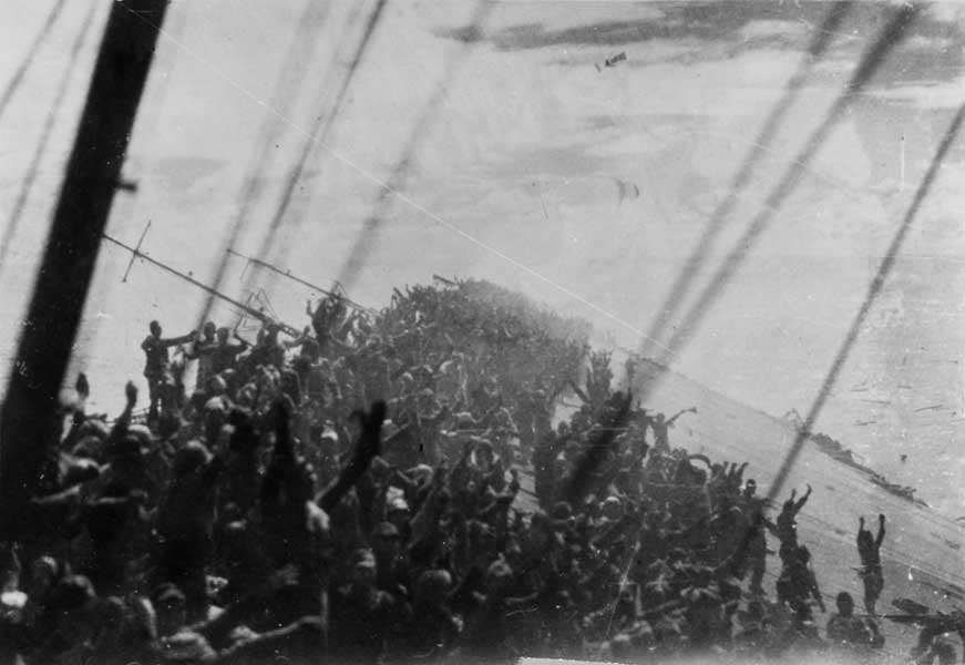 総員退艦で万歳三唱する空母瑞鶴乗組員(U.S. Naval History and Heritage Command Photograph)