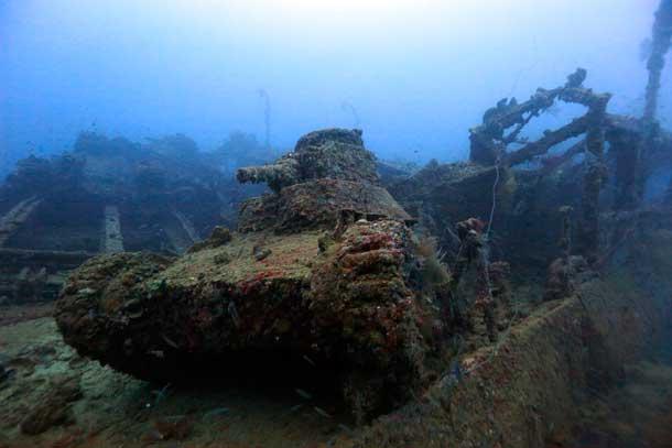 桑港丸甲板上の九五式軽戦車