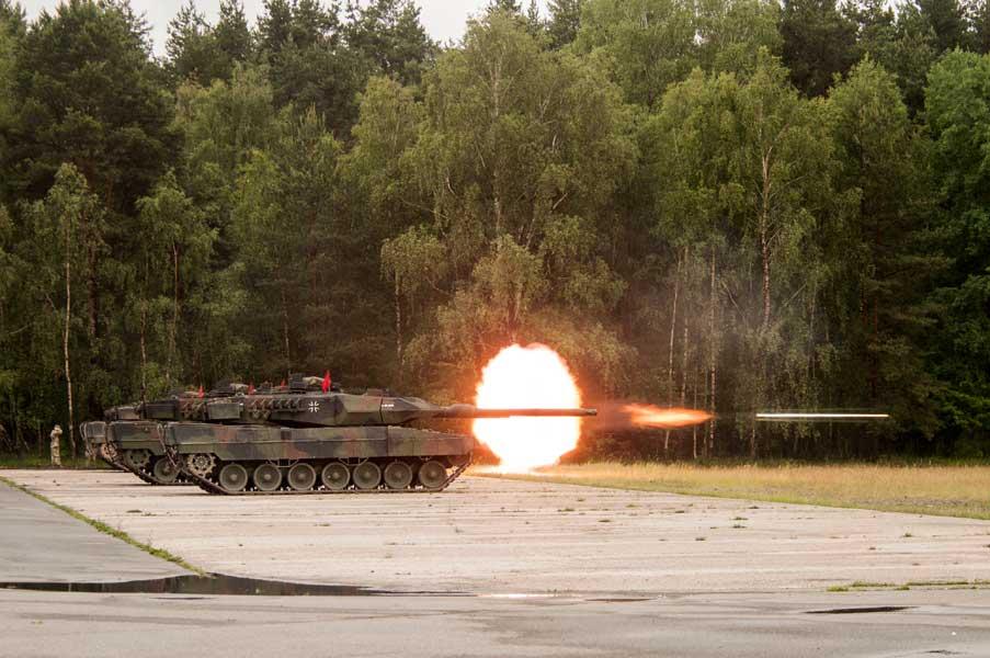 発砲するドイツのレオパルト2A6