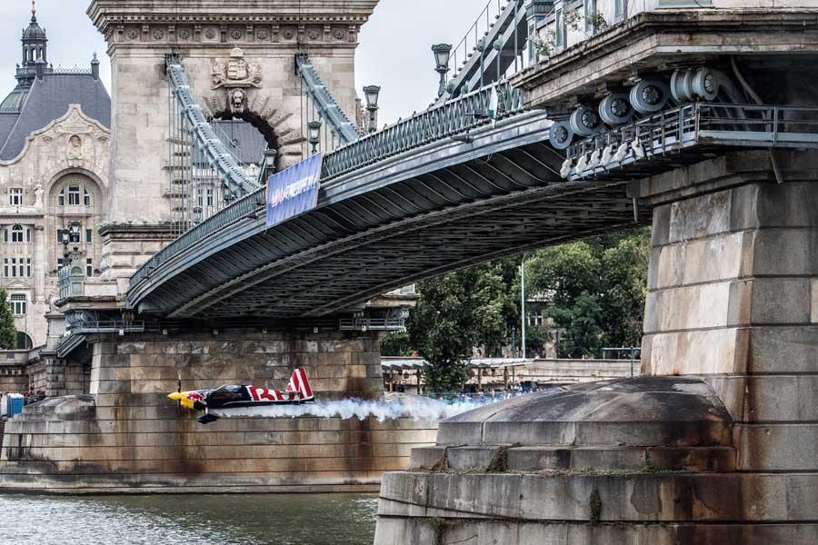 セーチェーニ鎖橋をくぐるスタート(Predrag Vuckovic/Red Bull Content Pool)