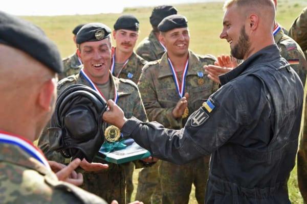 伝統の戦車帽を示すウクライナの戦車兵