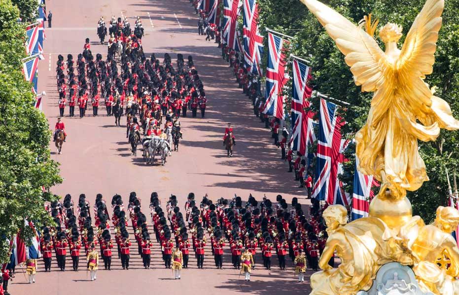 様式美の極致!イギリス女王誕生...
