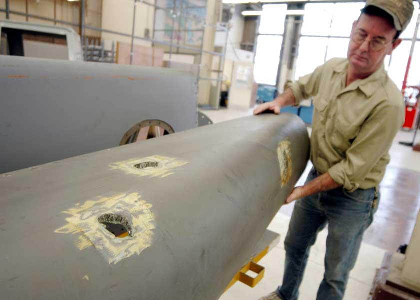 イラクでミサイルが至近距離で爆発し、破片を被弾したC-5の外板