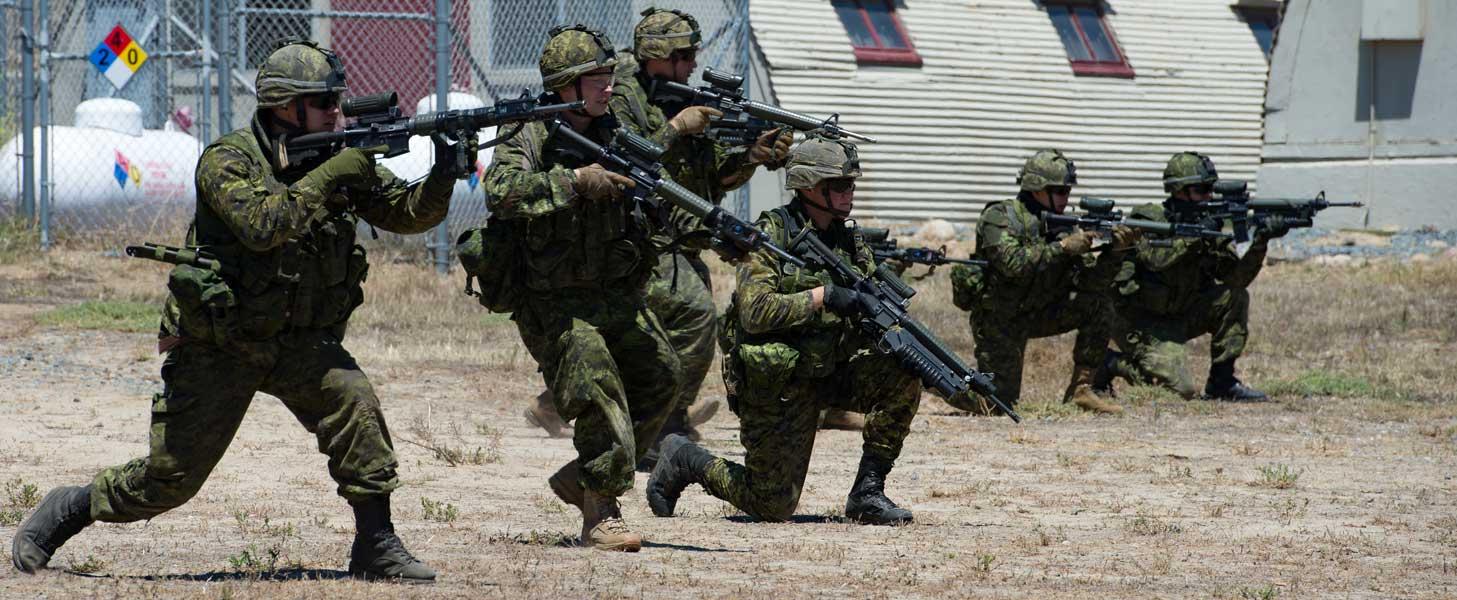 戦闘訓練を行うカナダ陸軍第22ロイヤル連隊第2大隊第5中隊B小隊
