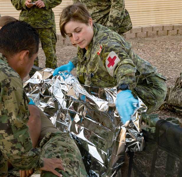 負傷者役の救護を行うカナダ陸軍第22ロイヤル連隊第2大隊の衛生兵クリスティーン・ダシルバス兵長
