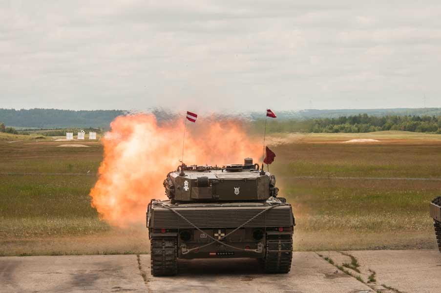 発砲するポーランドのレオパルト2A5