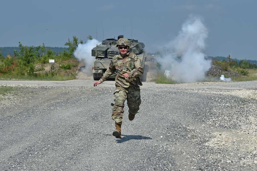 煙幕弾を投げて走ってくるアメリカの戦車兵