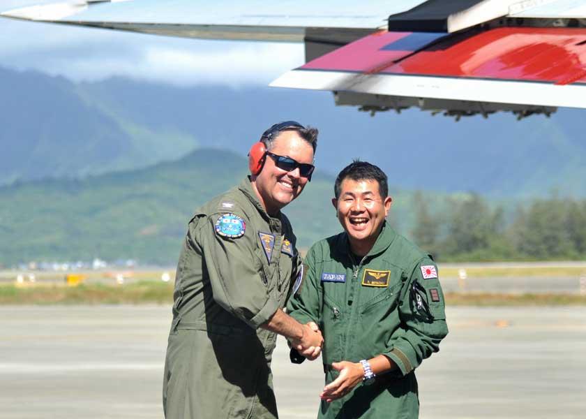 アメリカ海軍VP-10司令官のケビン・ロング大佐の出迎えを受ける海上自衛隊第5航空隊司令の宮崎裕介2佐