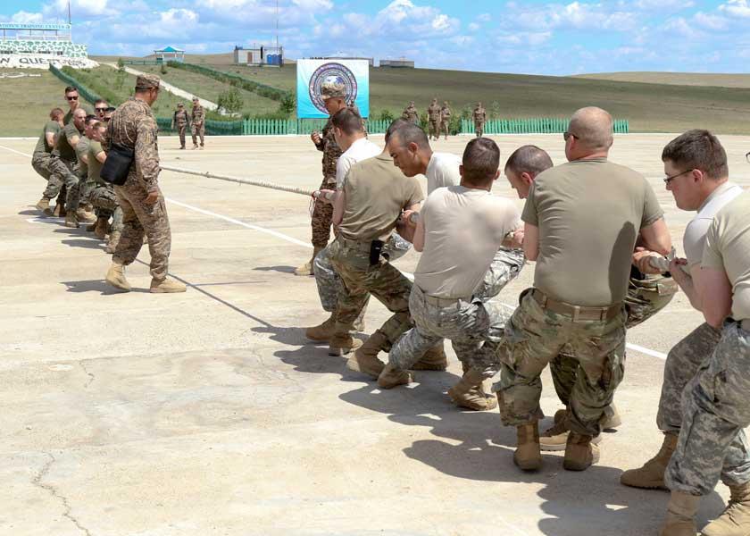綱引き大会・アメリカ陸軍(手前)対アメリカ海兵隊(奥)