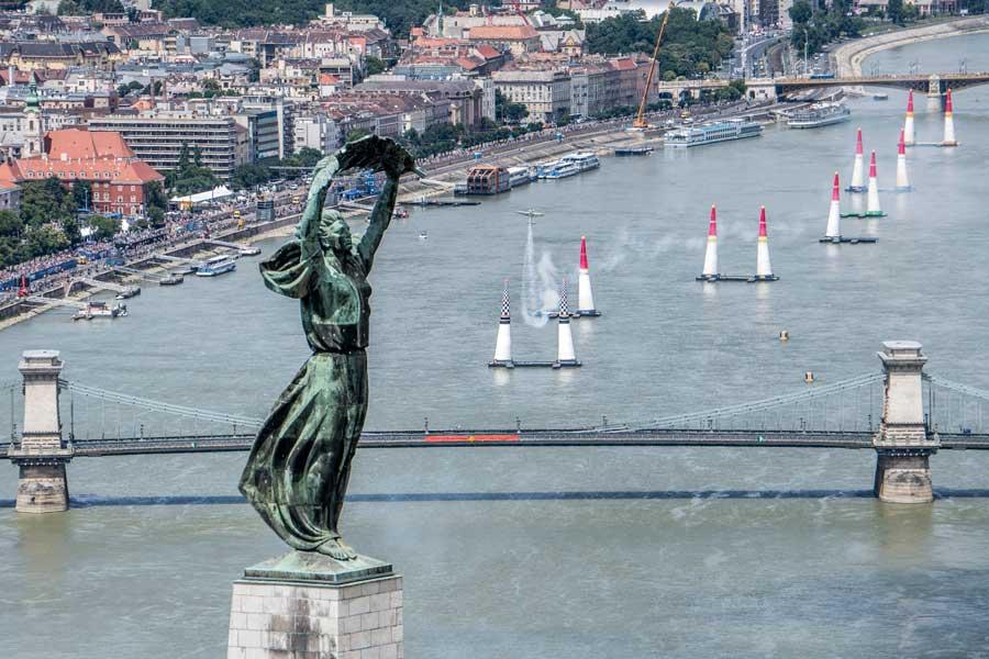 「自由の像」とドナウ川のレーストラック(Predrag Vuckovic/Red Bull Content Pool)