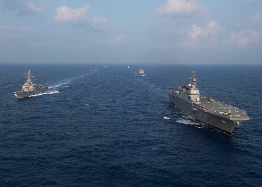護衛艦いせが先導するアメリカ、シンガポール、インド、フィリピン、ブラジルの艦隊行動訓練