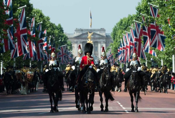 様式美の極致!イギリス女王誕生日恒例の閲兵式「トルーピング・ザ・カラー」