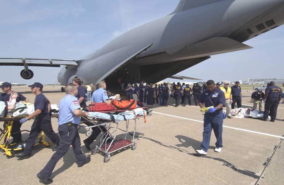 ハリケーン「リタ」の被災者救援を行うC-5