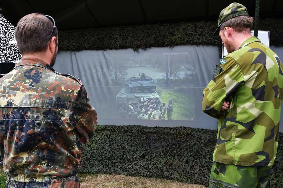 競技の様子を見守るスウェーデンとドイツの戦車兵