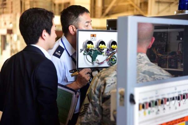 アメリカ空軍のKC-46用機器を見学する航空自衛隊員(画像:USAF)