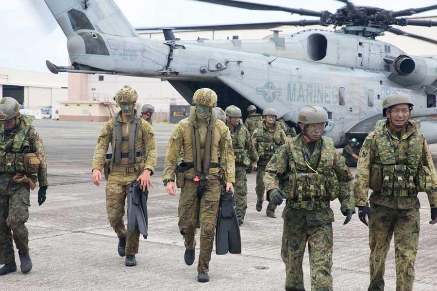アメリカ海兵隊CH-53Eから降機した第2水陸機動連隊の自衛隊員とオーストラリア陸軍ロイヤルオーストラリア連隊第2大隊の兵士