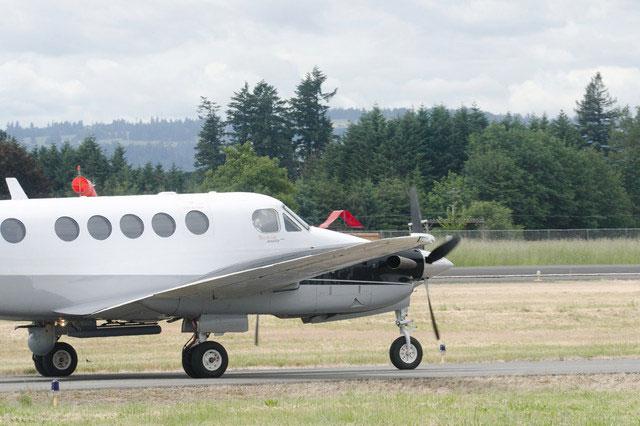 NSP-5ERを胴体下に装着したビーチクラフト・キングエア