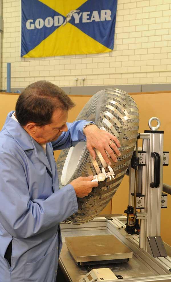 月面車用タイヤの製造風景(Image:GOODYEAR)
