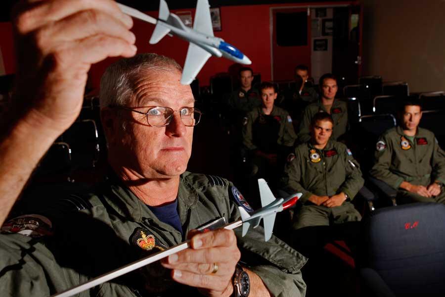 学生に空戦機動を教えるフローリー少佐(2012年・当時60歳)