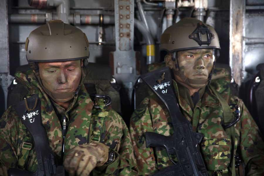 アメリカ海兵隊CH-53E機内で待機する水陸機動団第2水陸機動連隊の隊員