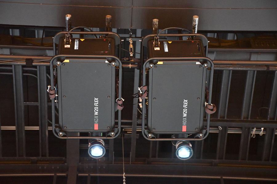 天井に設置された床面投影用プロジェクター