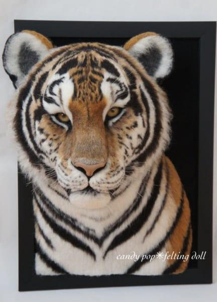 本物!? 額縁から飛び出してきそうな虎、実はアレでできています