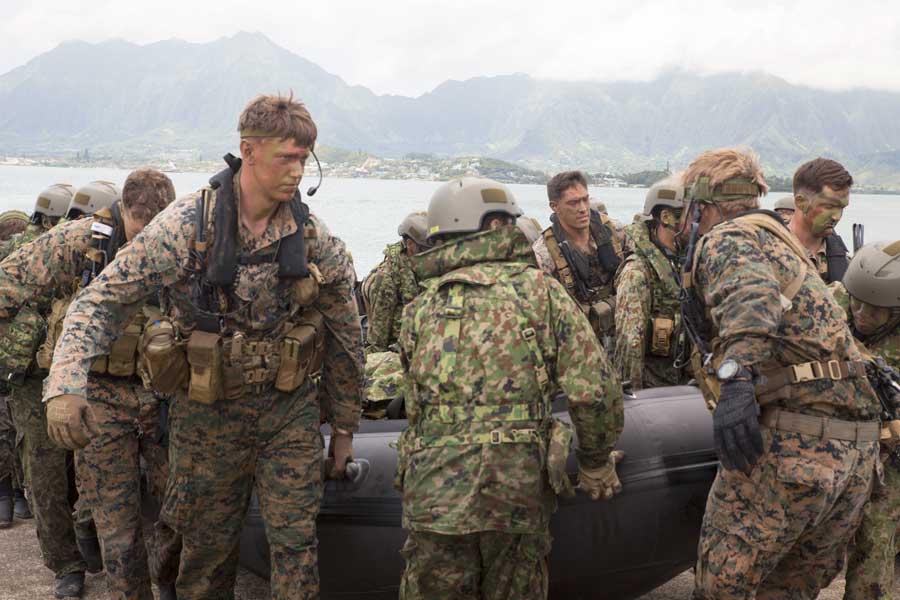 偵察ボートを陸揚げする第2水陸機動連隊の自衛隊員とアメリカ海兵隊員