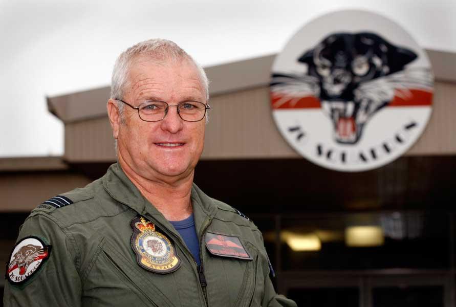 第76飛行隊格納庫前で(2012年・当時60歳)