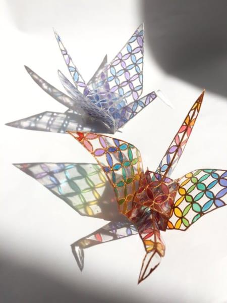 ステンドグラスみたいな「折り鶴レジン」がため息のでる美しさ