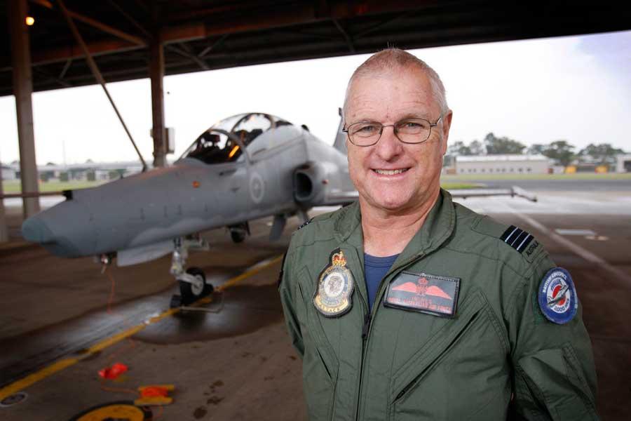 ホーク127練習機と(2012年・当時60歳)